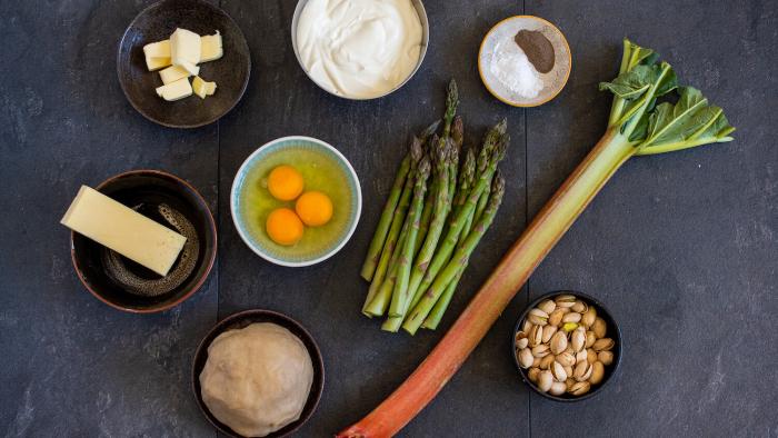 Tarta z rabarbarem, szparagami i pistacjami  - krok 2
