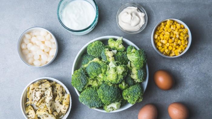 Sałatka z brokułami i jajkiem - krok 1