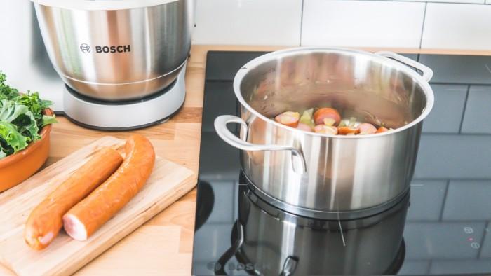 Zupa ziemniaczana z jarmużem i pieczoną kiełbasą - krok 2