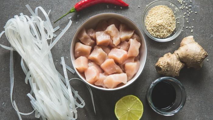 Makaron ryżowy z kurczakiem i pastą miso - krok 1