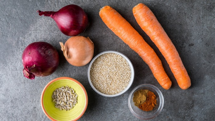 Kolorowa sałatka z pieczonej marchwi i cebuli z komosą ryżową - krok 1