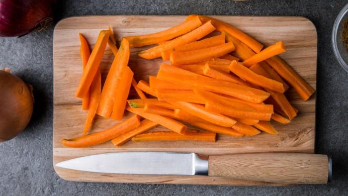 Kolorowa sałatka z pieczonej marchwi i cebuli z komosą ryżową - krok 2