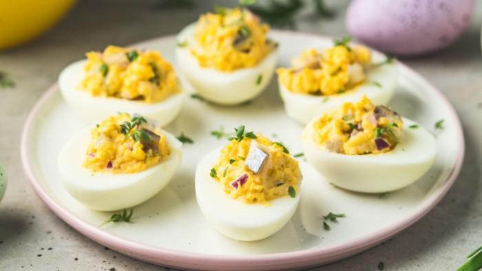 Jajka faszerowane ze śledziem i cebulką - krok 3