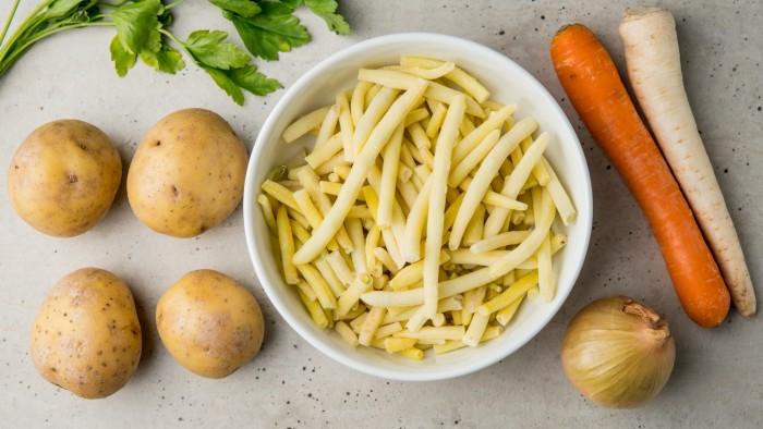 Kremowa zupa z żółtej fasolki szparagowej - krok 1