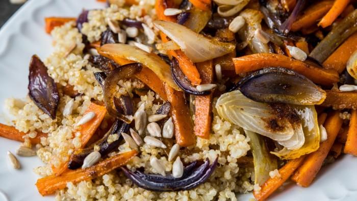 Kolorowa sałatka z pieczonej marchwi i cebuli z komosą ryżową - krok 4