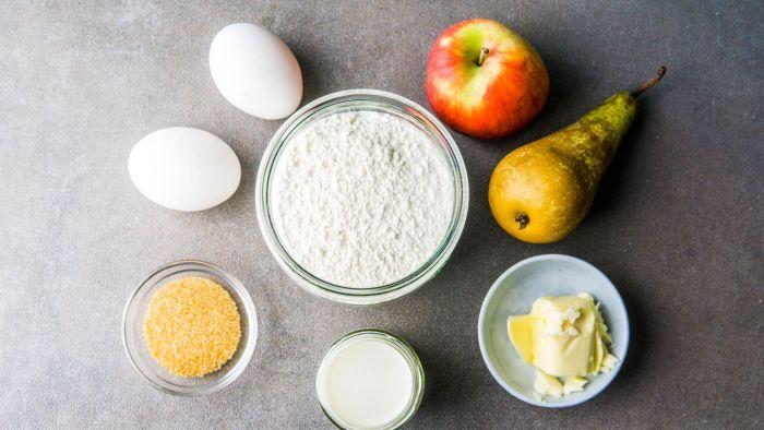Omlet cesarski z karmelizowanymi jabłkami i gruszkami - krok 1
