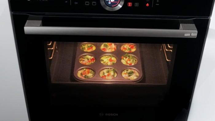 Muffiny jajeczne z boczkiem i warzywami - krok 2