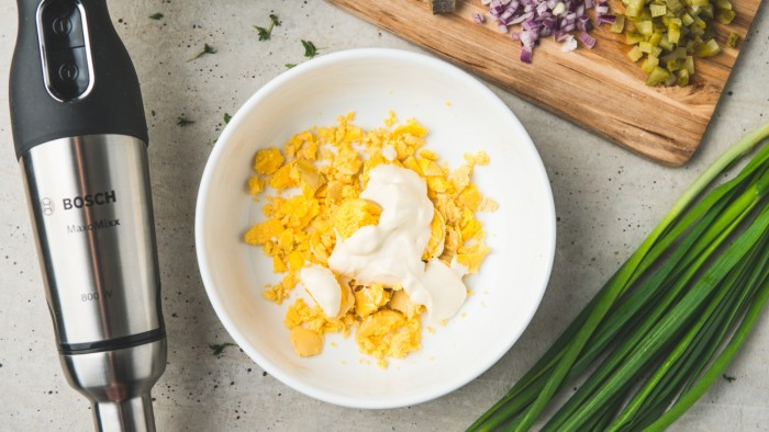 Jajka faszerowane ze śledziem i cebulką - krok 1