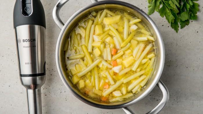 Kremowa zupa z żółtej fasolki szparagowej - krok 2