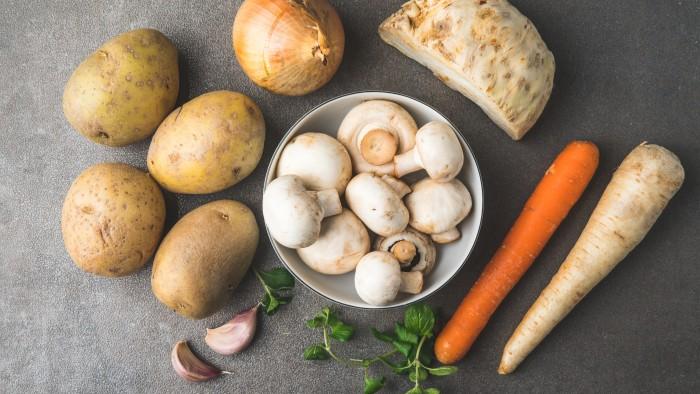 Krem z ziemniaków i pieczarek z grzankami - krok 1