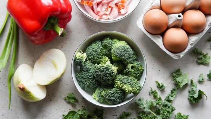 Muffiny jajeczne z boczkiem i warzywami - krok 1