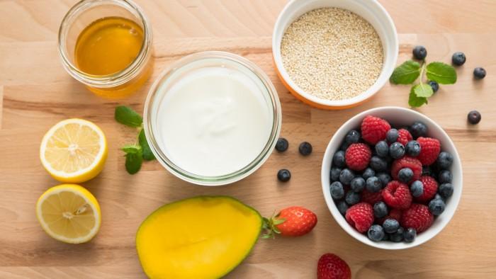 Fit jogurt z komosą i owocami - krok 1
