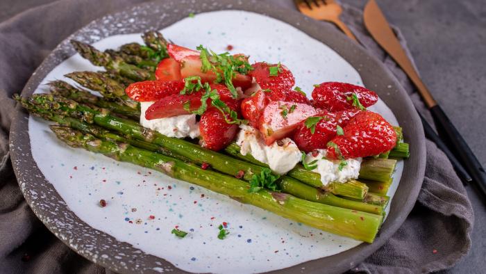 Sałata z truskawkami i szparagami - krok 3