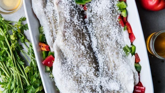 Sandacz pieczony w ziołach w skorupie soli - krok 3