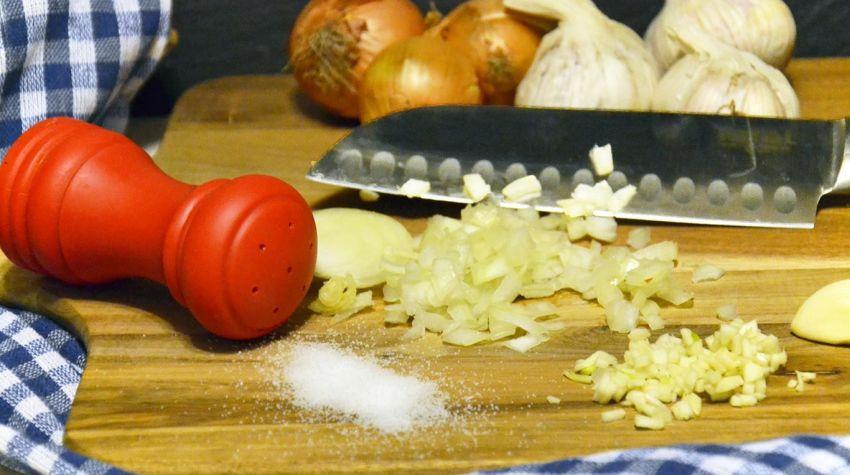 Jak usunąć zapach cebuli i czosnku?