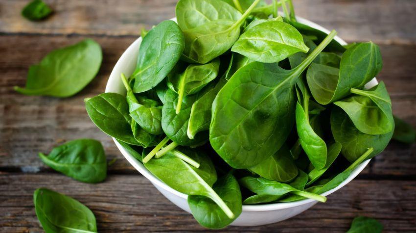 Dlaczego warto jeść szpinak i inne warzywa sezonowe?
