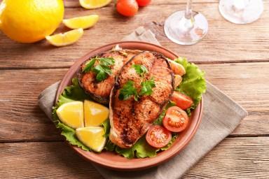 Jak piec rybę, żeby była soczysta? Jakich używać temperatur?