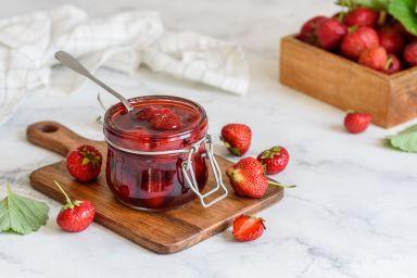 Jak zrobić frużelinę wiśniową, malinową, truskawkową? Wszechstronne zastosowanie w słodkich wypiekach