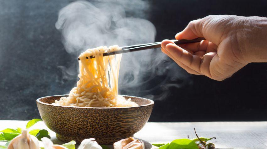 Jak prawidłowo trzymać pałeczki, jak jeść pałeczkami?